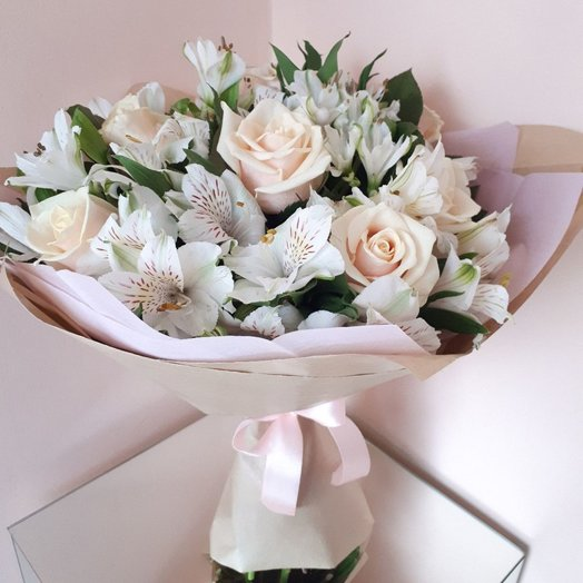 Delicate bouquet of roses and alstroemerias: flowers to order Flowwow