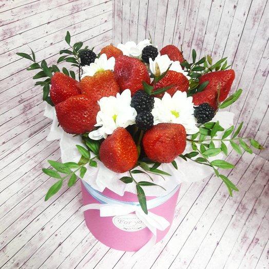 Коробочка с цветочной композицией и ягодами: букеты цветов на заказ Flowwow