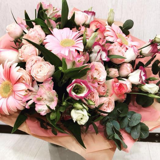 Букет с кустовыми розами и эвкалиптом: букеты цветов на заказ Flowwow