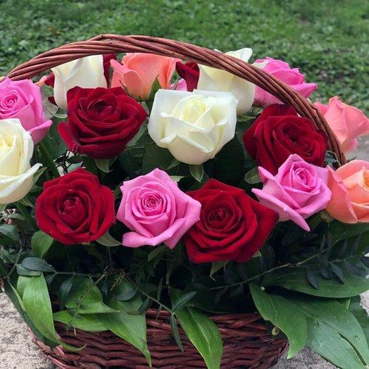 Корзинка из 21 розы с зеленью