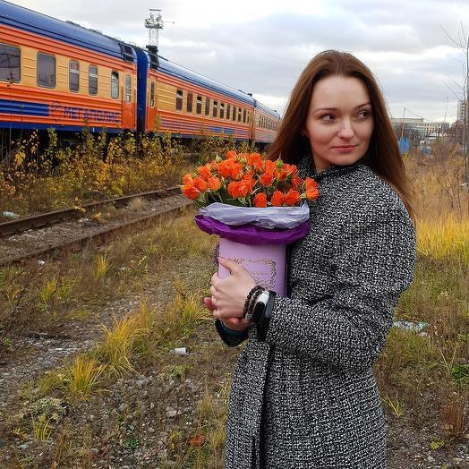 Композиция из оранжевых кустовых роз в шляпной коробке: букеты цветов на заказ Flowwow