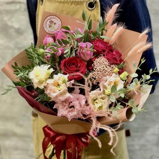Яркий букет с розами и лизиантусом: букеты цветов на заказ Flowwow