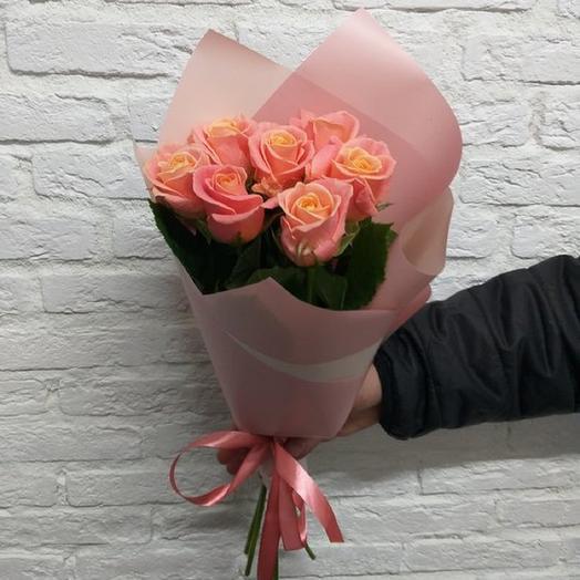 7 персиковых роз в крафте