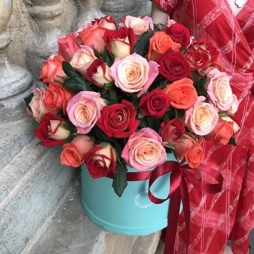 51 роза в яркой шляпной коробочке