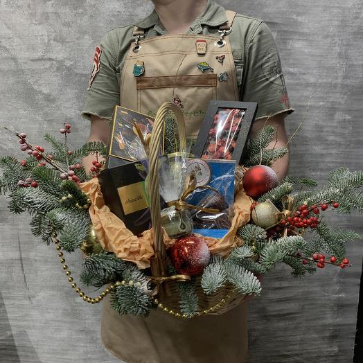 Праздничная сладкая корзина: букеты цветов на заказ Flowwow