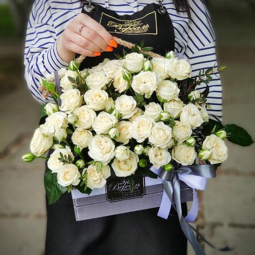 Стильный ящик с белой кустовой розой