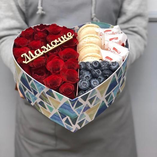 Коробочка с розами, макаронс и ягодой