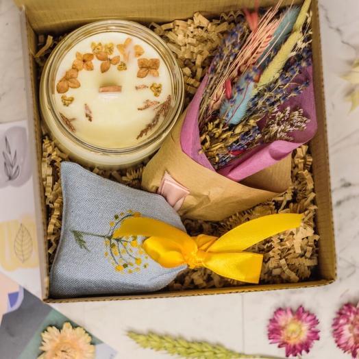 Подарочный set of 5 with a large candle