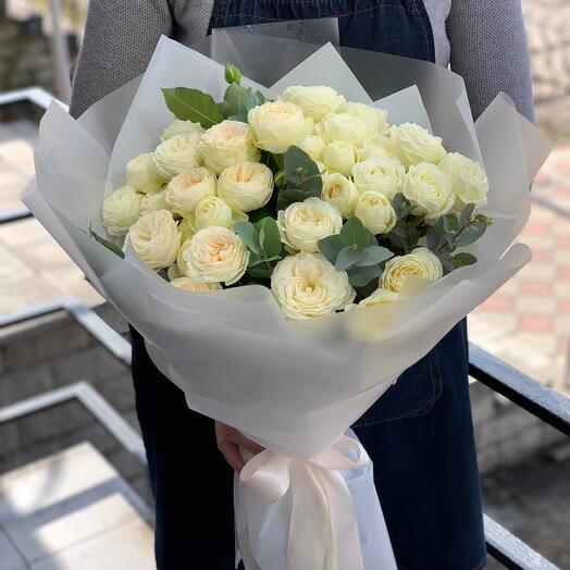 Букет из пионовидных, кустовых роз