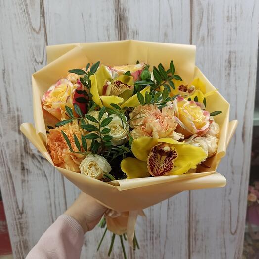 Солнечный с орхидеями и ассорти цветов