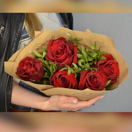 5 красных роз в зелени и крафте