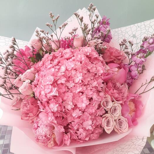 Розовый букет с гортензией