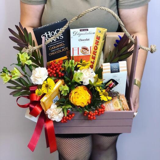 Цветы и вкусняшки в ящике