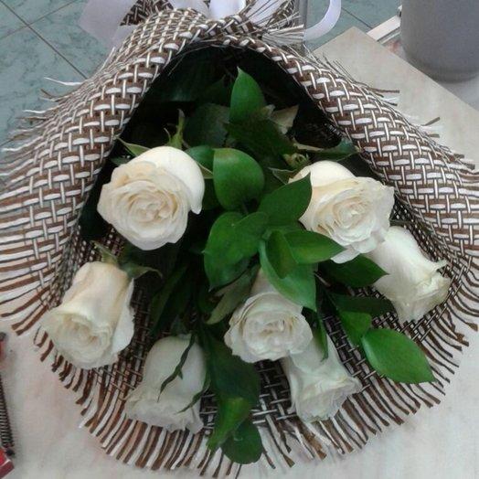 Красивый букет из 7 голландских белых роз с зеленью: букеты цветов на заказ Flowwow