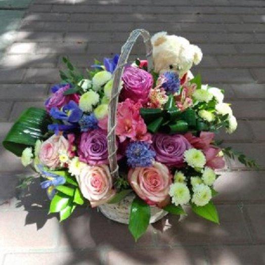 Корзина цветов с мягкой игрушкой: букеты цветов на заказ Flowwow