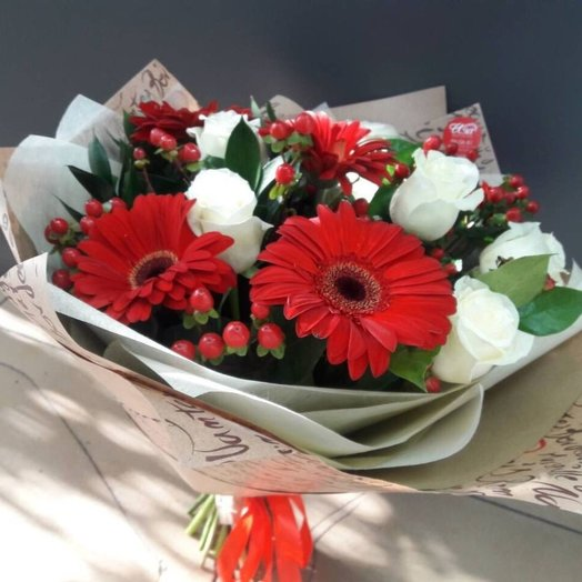 "The bouquet ""of Strawberries with plums"" of roses, gerberas and greenery. Code 17097"