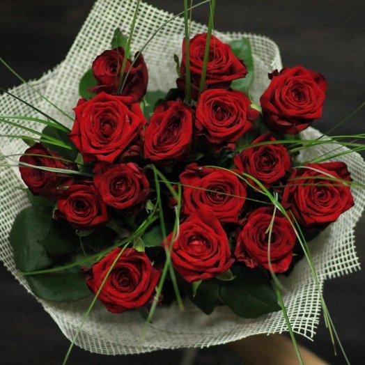 Букет из 15 красных роз с добавлением зелени: букеты цветов на заказ Flowwow