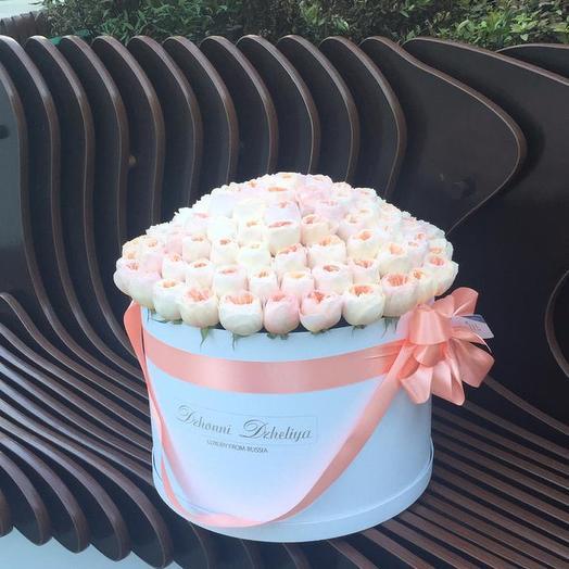 Пионовидные розы сорта Джульетта в белой коробке с бантиком: букеты цветов на заказ Flowwow