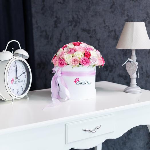 Люкс коробка с разноцветными розами в светлых тонах с премиум доставкой: букеты цветов на заказ Flowwow