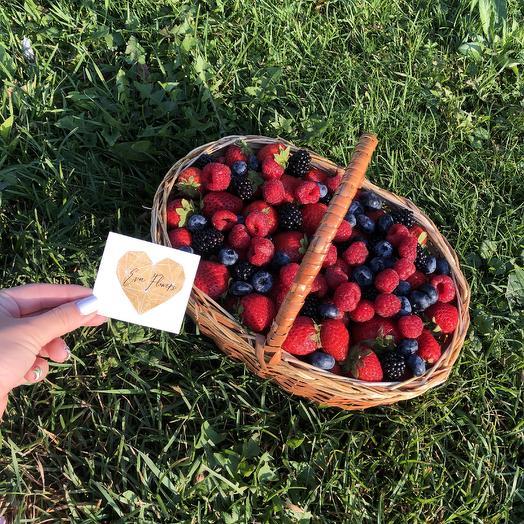 Лукошко с ягодами: букеты цветов на заказ Flowwow