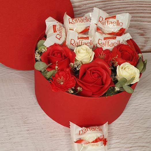 Шляпная коробка с цветами и рафаэлло: букеты цветов на заказ Flowwow