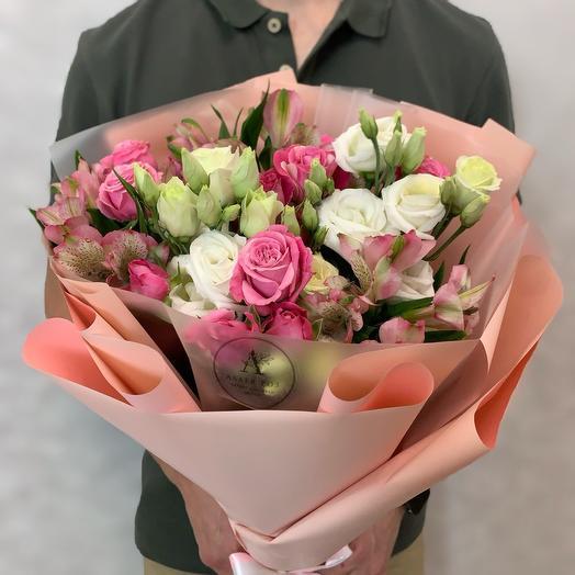 Букет из кустовых пионовидных роз, альстрамерий и эустомы