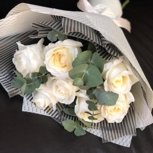 7 роз в авторской упаковке с эвкалиптом
