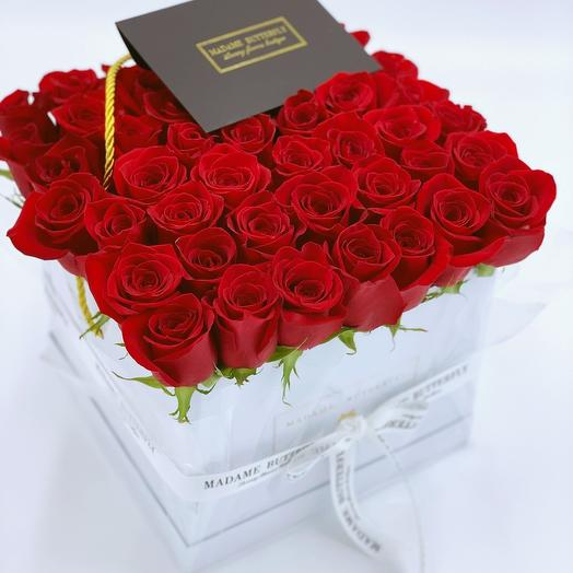 Гранде квадрат белая. 49 красных роз