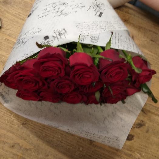 Букет 15 красных роз в белом крафте