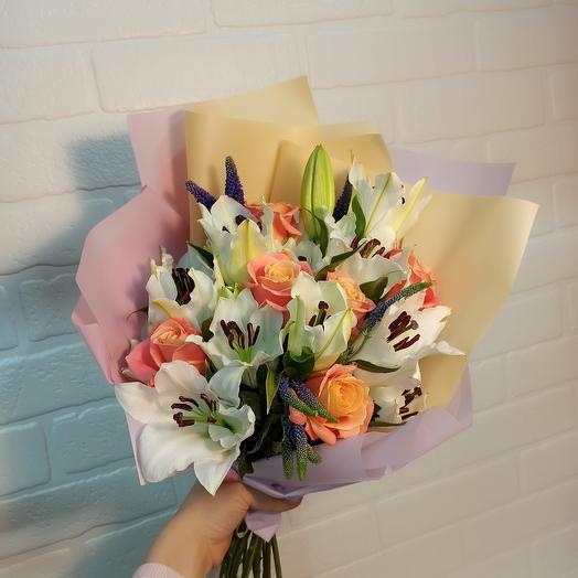 Шикарный букет с лилиями и розами