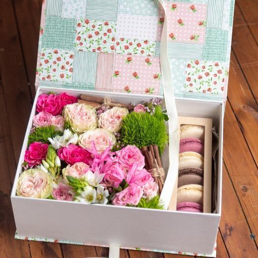 Цветы в коробке с макарунами