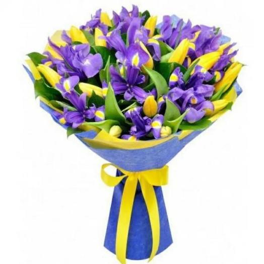 Яркий букет из ирисов и тюльпанов