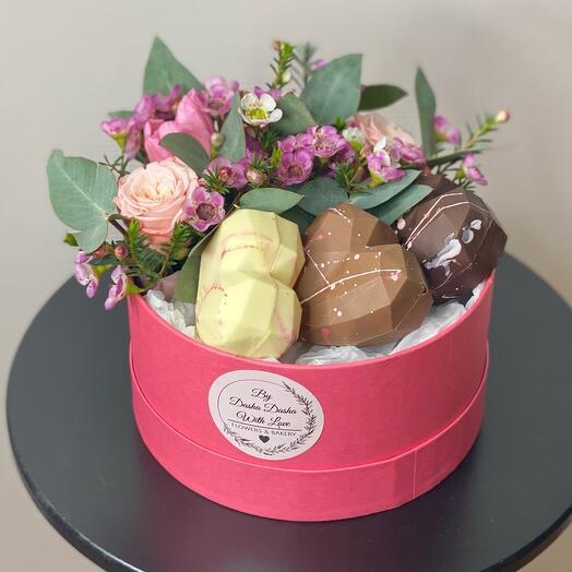 Коробка с цветами и шоколадными сердцами