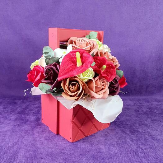 Красный ящик из мыльных цветов