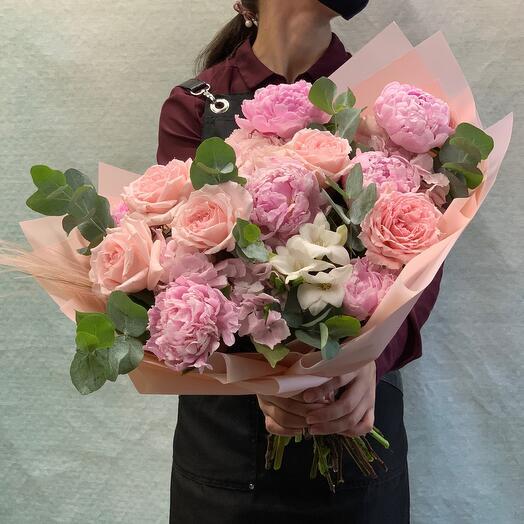 Нежный букет с пионами и пионовидными розами