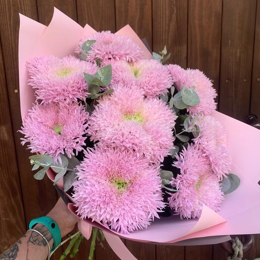 Букет из 9 розовых хризантем Этруско и эвкалипта