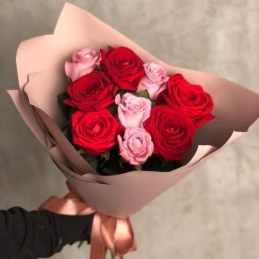 ОБукет из 9 роз в дизайн оформлении