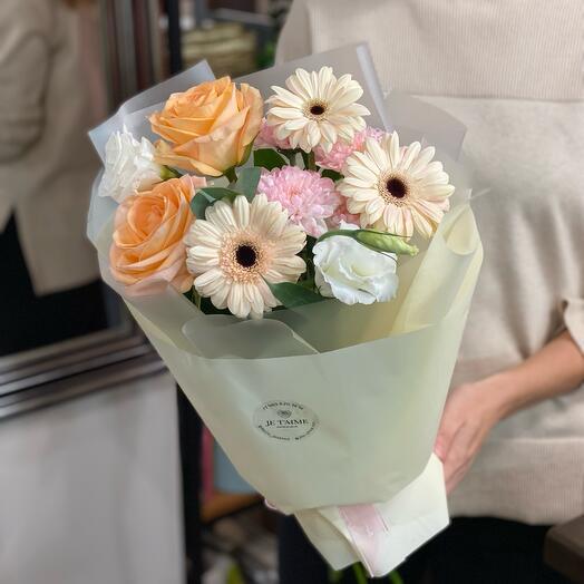 Кремовый букет с розами и мини герберами