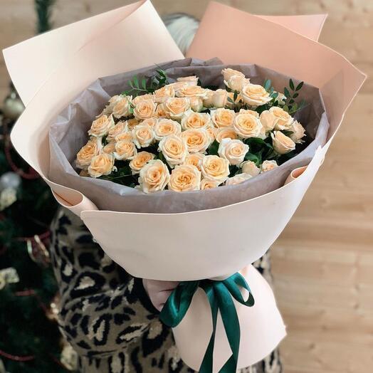 Букет из 15 веток кустовой розы с зеленью
