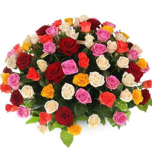 Разноцветные розы в корзине: букеты цветов на заказ Flowwow