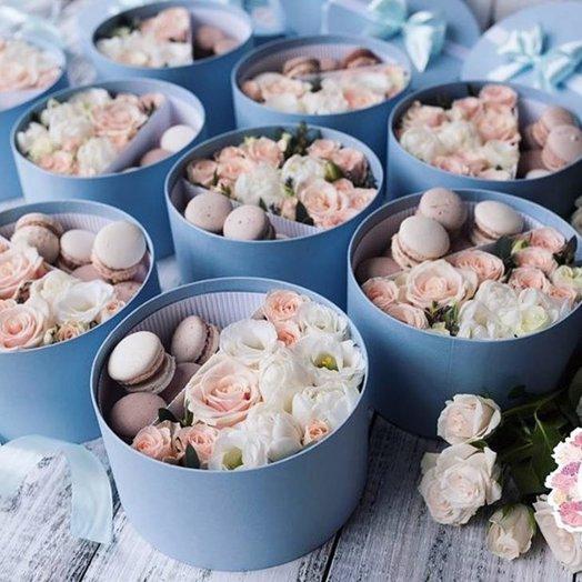 Коробка сладостей - пирожных Макарун с цветами: букеты цветов на заказ Flowwow