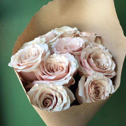 Пудровые розы в крафте: букеты цветов на заказ Flowwow