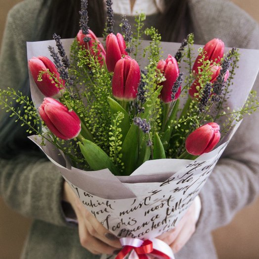 Тюльпаны с лавандой - ароматный букет: букеты цветов на заказ Flowwow