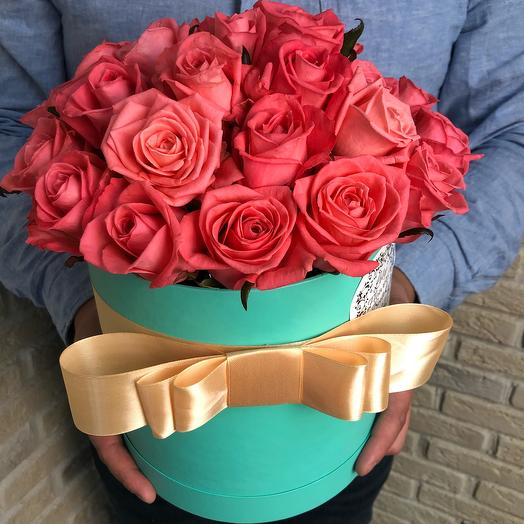 Коралловые розы в шляпной коробке: букеты цветов на заказ Flowwow