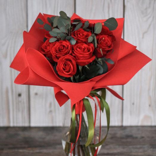 Букет из 11 красных роз с эвкалиптом: букеты цветов на заказ Flowwow