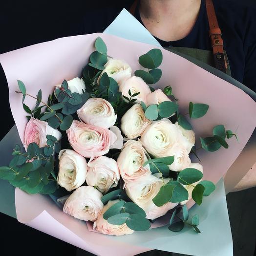 Ранункулюсы с веточками эвколипта: букеты цветов на заказ Flowwow