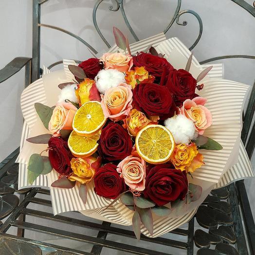 Зимний букет из роз, хлопка с апельсиновыми дольками