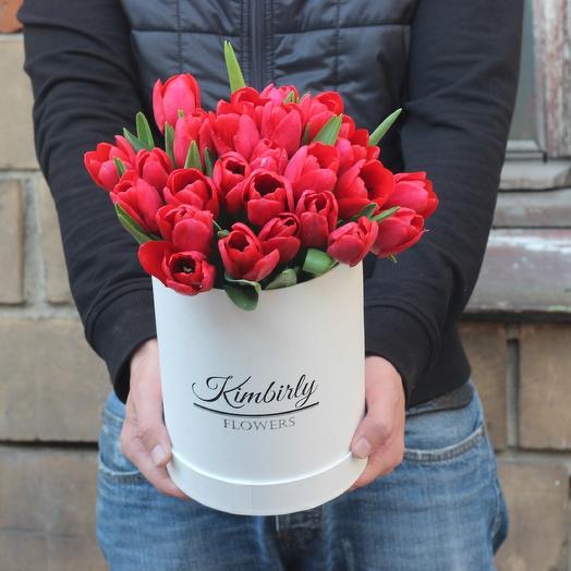 25 красных тюльпанов в коробке: букеты цветов на заказ Flowwow