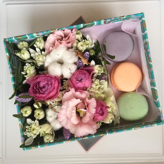 Подарочная коробка с пионовидной розой и макарони: букеты цветов на заказ Flowwow