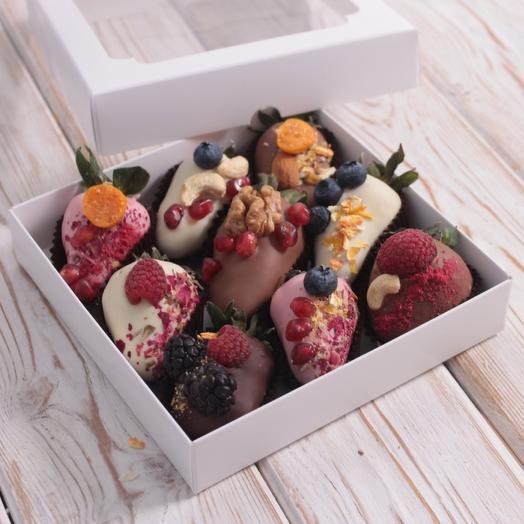 Клубника 9шт в Бельгийском шоколаде  с декором: букеты цветов на заказ Flowwow